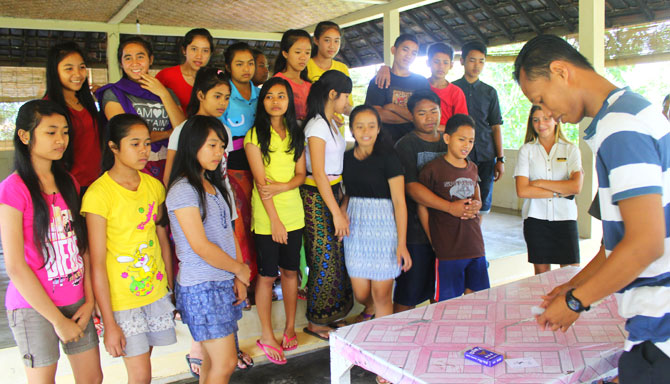 Samabe Bali team and the children from the orphanages